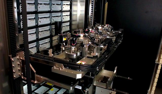 Hệ thống lưu trữ sử dụng robot Everspan, kết hợp với ổ đĩa quang có thể cân được nhu cầu lưu trữ cho các dự án lớn.