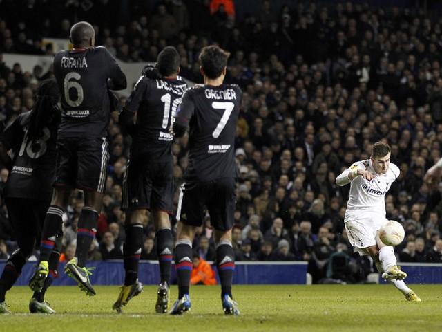 Cút sút phạt cua Gareth Bale.
