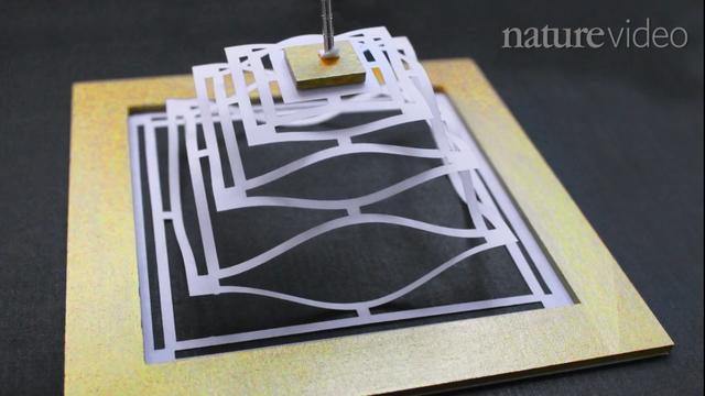 Bằng nghệ thuật cắt giấy Kirigami của Nhật, một tấm graphene 2D có thể chuyển thành cấu trúc 3D như trên.