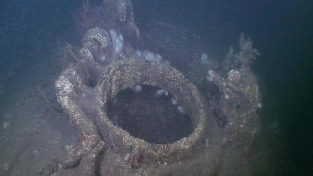 Nhiều nắp trên thân tàu đang trong trạng thái mở