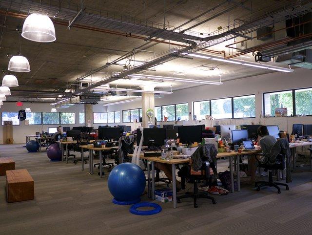 Trụ sở của Hootsuite với những quả bóng Yoga