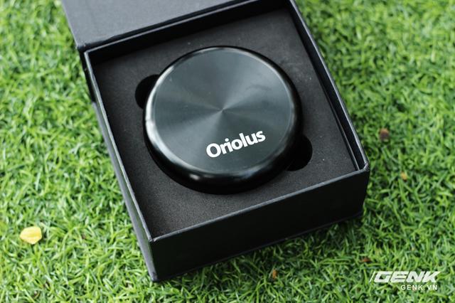 Bên trong là một hộp đựng tai nghe tròn bằng kim loại rất sang trọng