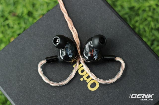 Serial number của mỗi chiếc tai nghe cũng được in chìm ở bên trong