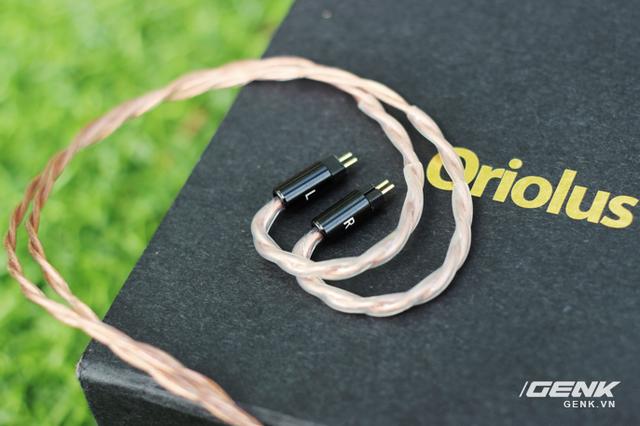 Bên trong dây dẫn được đánh dấu vị trí bên tai trái, phải (L,R) giúp người dùng phân biệt một cách rõ ràng
