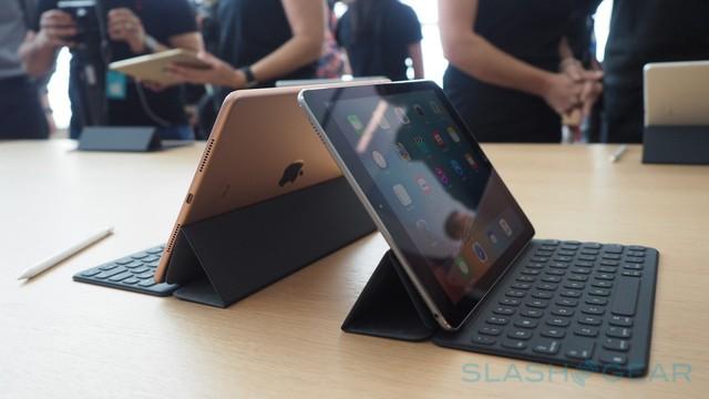 Khi kết hợp cùng bàn phím Smart Keyboard mới, trông iPad Pro 9,7 inch rất vừa vặn.