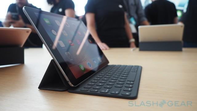 Bốn góc máy iPad Pro 9,7 inch vẫn là các cụm loa ngoài tăng trải nghiệm âm thanh.