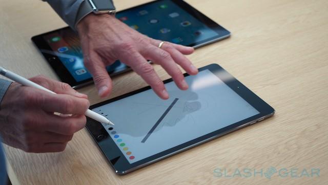 Nhiều người đánh giá, iPad Pro 9,7 inch sẽ tiện dụng và nhỏ gọn hơn.