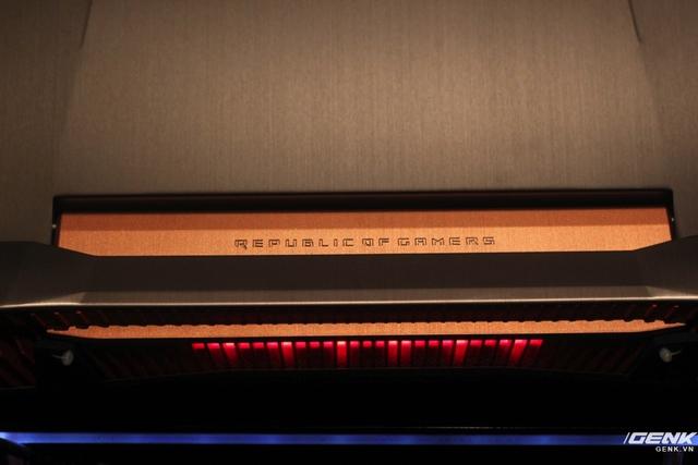 Dòng chữ Republic of Gamers khắc chìm trên phần bản lề.