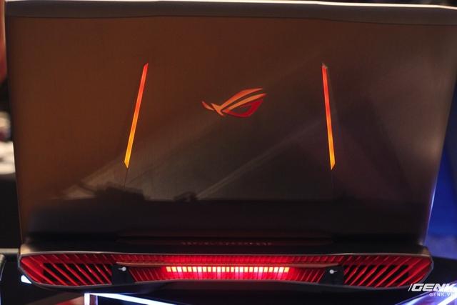 Dải đèn LED trong khe tản nhiệt sáng lên khi máy hoạt động.