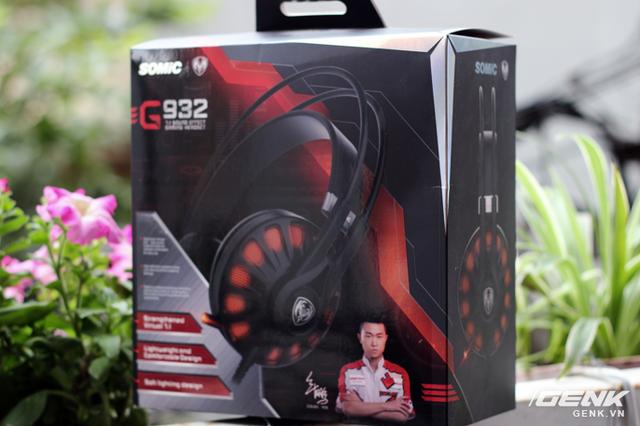 Somic G932 vẫn được đóng hộp đơn giản với hai tông màu đen đỏ quen thuộc. Mặt trước là hình ảnh của chiếc tai nghe, một số thông tin đáng chú ý cùng hình ảnh, chữ ký của đội trưởng team CSF2015
