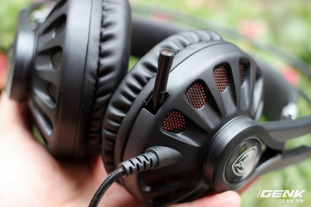 Míc của G932 có thiết kế dạng thò thụt khá tiện lợi, giúp cho tai nghe trở nên thon gọn và bớt vướng víu hơn khi sử dụng.