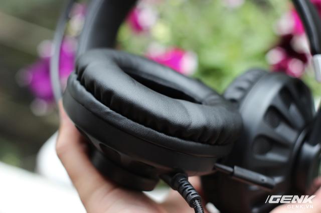 Phân pad mềm mại đủ để ôm trọn vành tai game thủ. Tuy nhiên với những người có kích thước tai lớn, G932 có thể làm nhức tai sau khoảng 2 giờ sử dụng