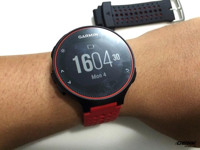 Mặt đồng hồ khá đơn giản, tuy nhiên người dùng có thể thay thế dễ dàng với ứng dụng trên điện thoại.