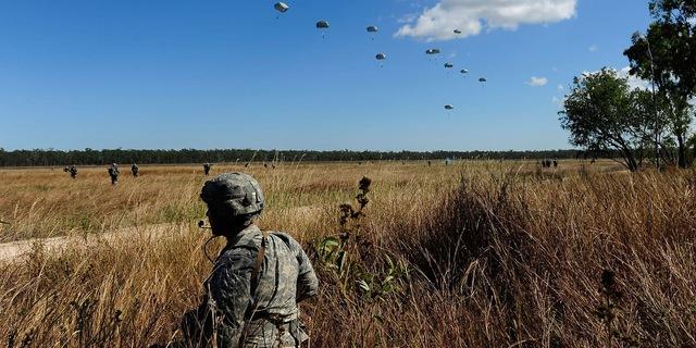 Một lính dù Mỹ thuộc sư đoàn bộ binh 4/25 đang tuần tra trong khi các thành viên khác nhảy dù từ chiếc C-17 Globemaster trong một cuộc tập trận Talisman Sabre vào ngày 8/7/2015 tại Rockhampton, Úc.