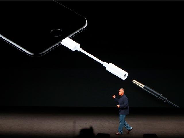Trên iPhone 7, Apple tiếp tục khiến người dùng ngỡ ngàng khi gỡ bỏ jack cắm tai nghe 3.5mm. Nhưng liệu lần này quyết định của Apple có đúng?