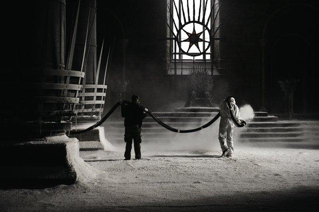 Đội ản xuất trải một lớp tuyết giả chuẩn bị cay quảnh giấc mơ của nữ hoàng rồng Daenerys.