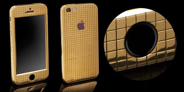 Ngay sau khi iPhone SE trình làng, Goldgenie cũng đã nhanh chân cho người dung đặt trước phiên bản sang trọng của thiết bị này do đội ngũ thợ lành nghề của công ty chế tác lại bằng thủ công.