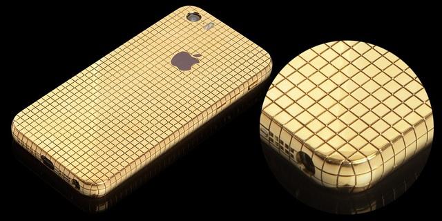 Phiên bản iPhone SE đặc biệt này có sẵn với tùy chọn mạ vàng 24K, vàng hồng, bạch kim và được đính kèm các viên đá nhân tạo Swarovski lấp lánh không kém kim cương.