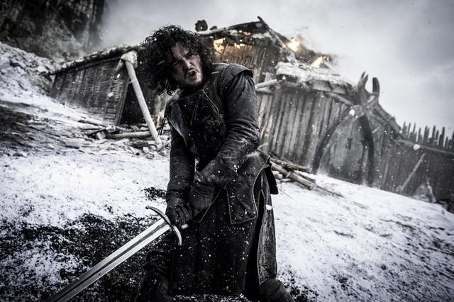 Dù đã chết, hình ảnh của nhân vật John Snow xuất hiện liên tiếp trong các cuộc quảng bá, để lại cho khán giả hy vọng sẽ không phải chịu đựng một tương lai không Tuyết.