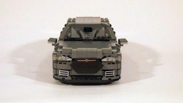 Các chi tiết trên mẫu xe lego này được thiết kế tinh xảo và khéo léo, đạt tới độ chính xác cao so với mẫu xe Model S của Tesla