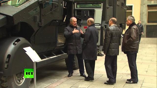 Tổng thống Putin và bộ trưởng quốc phòng Nga đang nghe giới thiệu về mẫu xe bọc thép mới