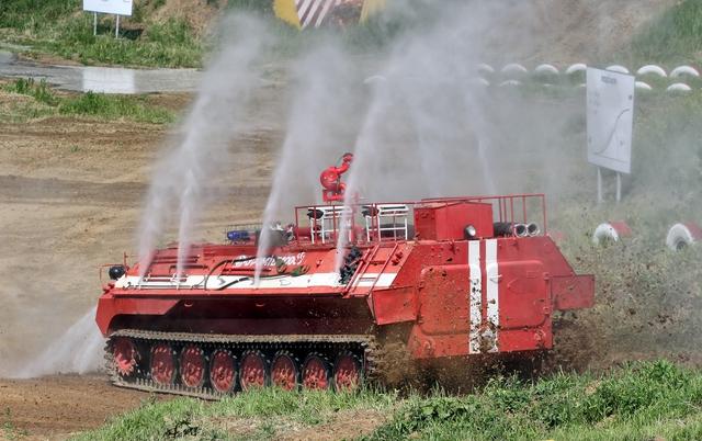 Một chiếc xe cứu hỏa cải biến từ xe bọc thép quân sự đang phun nước hạ nhiệt cho chính nó
