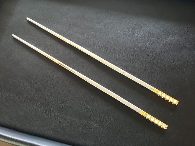 Cặp đôi may mắn được lựa chọn dùng bữa sẽ được mang về đôi đũa đính kim cương trị giá 17.000 USD.