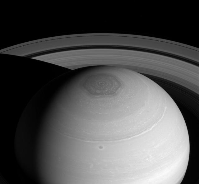 Một xoáy bão lục giác trên sao Thổ