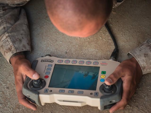 Họ sử dụng bộ Tactical Robotic Controller để điều khiển MAARS. Bộ điều khiển này sẽ giúp người điều khiển thấy được những gì ma robot thấy, và nhắm vào kẻ địch. Bộ điều khiển này cũng có thể dùng để điều khiển nhiều phương tiện khác như drone và các máy cảm biến dưới mặt đất.