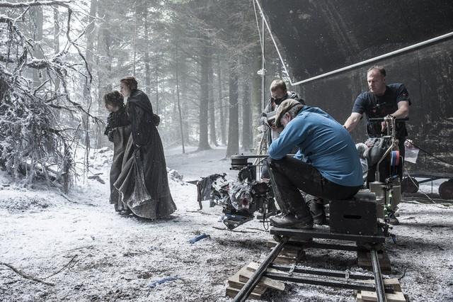 Các fan hâm mộ vui mừng khi biết được Theon và Sansa đã sống sót sau cú nhảy liều lĩnh trong phần 5.