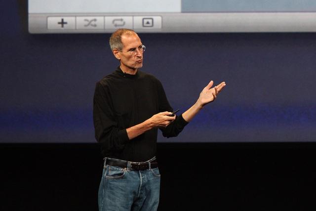 Steve Jobs trên sân khấu thuyết trình.