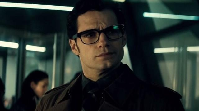 Tôi biết người này, đây là tay phóng viên bên Daily Planet, người không biết Bruce Wayne là ai!!
