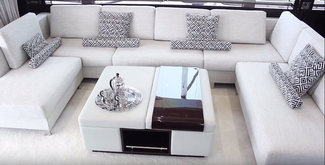 Bên trong du thuyền là quầy bar, bồn nước nóng, và phòng khách với ghế sofa cao cấp cho khách. Du thuyền này sẽ được trưng bày tại sự kiện diễn ra cuối tháng 9, có thể hãng sản xuất sẽ công bố giá của nó.