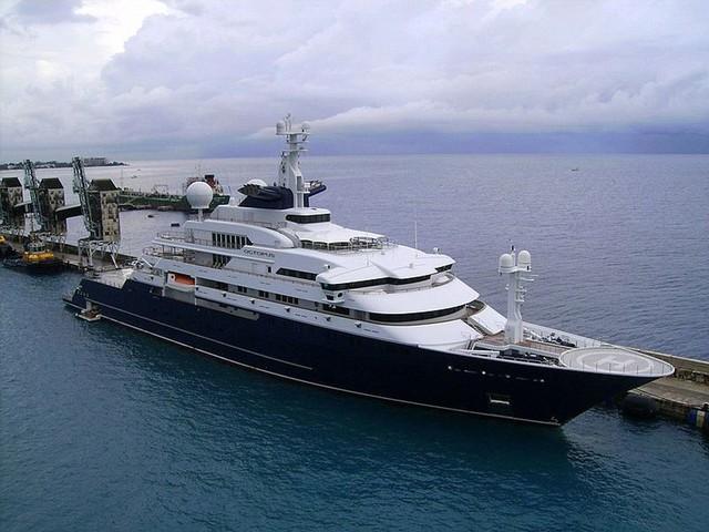 """Paul Allen đang sở hữu một chiếc du thuyền trị giá đến…200 triệu USD. Có tên là """"Octopus"""", du thuyền có tất cả 41 phòng và dài gần 130m."""