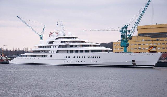 Azzam là du thuyền cá nhân lớn nhất thế giới. Hiện tại không ai biết chủ sở hữu của nó là ai, nhưng nhiều người cho là một người trong gia đình hoàng gia của Abu Dhabi.