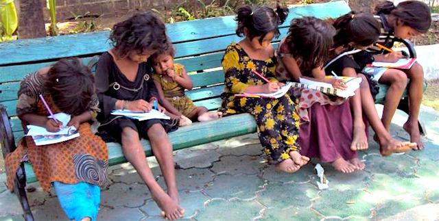Những đứa trẻ rất thích được đọc sách tại thư viện của cô bé 9 tuổi.