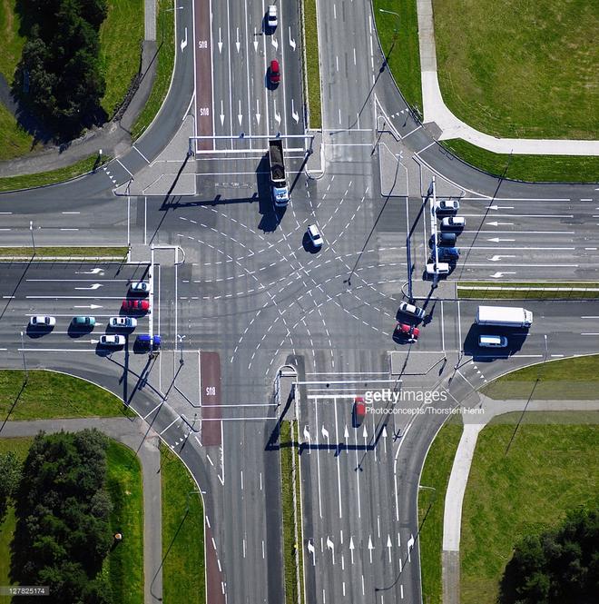 Trên các nút giao thông thường như thế này, các xe muốn rẽ trái đều dễ đụng phải xe đi từ hướng đối diện hoặc phải chờ đèn đỏ rất lâu