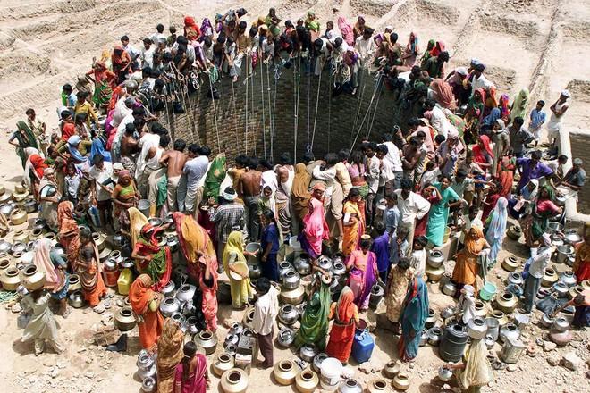 Người dân tập trung lấy nước ở nguồn nước duy nhất là cái giếng giữa sa mạc