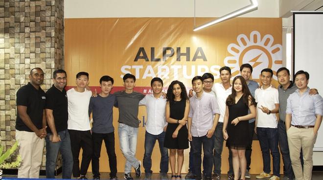CEO 1337 Ventures Bikesh Lakhmichand (thứ hai từ trái sang) cùng các startup Việt tại Alpha Startups đợt 1 vừa qua