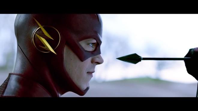 Flash đón đầu và bắt được mũi tên của Green Arrow.