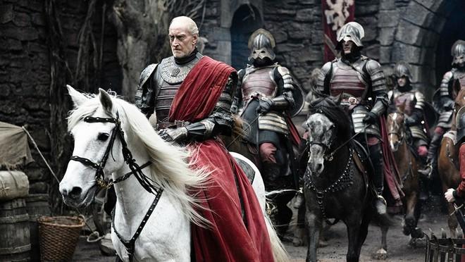 """Theo chính lời Tywin khi kể lại câu chuyện của các vị vua xưa: """"Thành Harrenhall được thiết kế để phòng thủ trước quân bộ. Đội quân triệu người lính sẽ bỏ mạng nếu dám nghĩ đến việc xâm lăng. Nhưng những cuộc tấn công từ trên không, bởi dòng lửa phun trào từ miệng những con rồng... Chủ thành Harren và hậu duệ của ông đã bị nướng chín bên trong chính những tường thành này. Hay nói cách khác Aegon Targaryen, vua rồng, đã thay luật lệ của toàn bộ bàn cờ bởi những con rồng""""."""