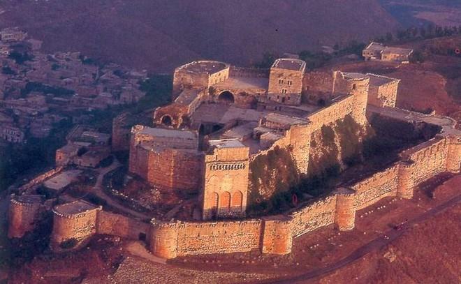 """Krak des Chevaliers, lâu đài thập tự chinh thời trung cổ. Một sử gia người Đức từng so sánh các lâu đài như những con nhím vậy""""."""