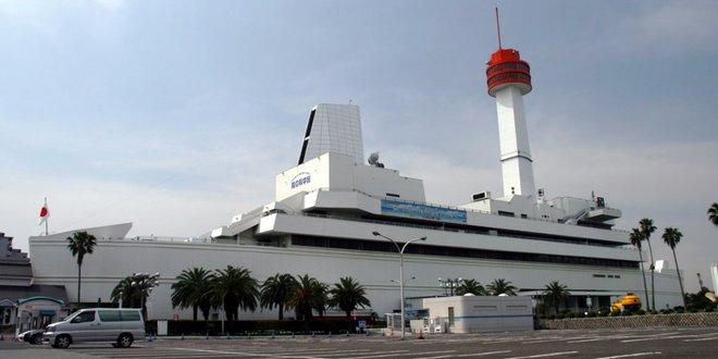 Bảo tàng Hải dương học ở Tokyo, Nhật Bản có vẻ ngoài giống một con tàu khổng lồ. Nó được mô phỏng lại dựa trên tàu thuỷ chở khách Queen Elizabeth 2 của Anh và trưng bày những vật triển lãm hàng hải như tàu phá băng và đại bác từ Thế chiến thứ 2.