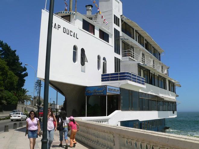Cap Ducal là một tổ hợp khách sạn – nhà hàng có hình thù giống như một con tàu mà từ đó có thể nhìn ra Thái Bình Dương ở Vina del Mar, Chilê. Tầm nhìn thực sự rất ấn tượng.