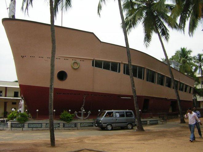 """Nhà thờ St. Theresa ở thành phố của người Ấn Độ Thrissur được biết đến là """"tàu nhà thờ"""" bởi những lí do rõ ràng. Toạ lạc ngay cạnh một trường học, thân tàu bao gồm nơi để thờ cúng và nghĩa trang dưới lòng đất."""