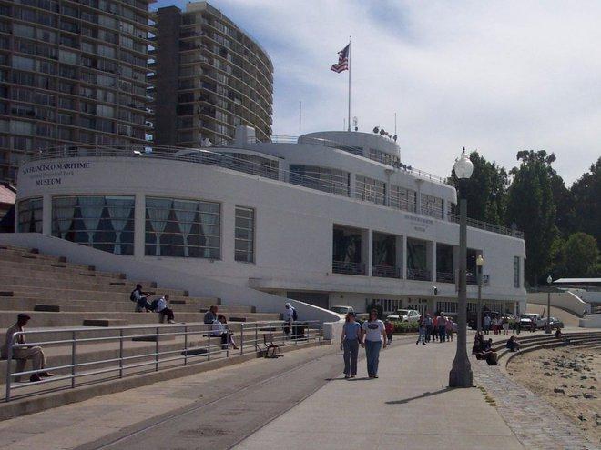 Bảo tàng lịch sử hàng hải tự nhiên San Francisco cũng có hình dáng giống như một chiếc thuyền, nhưng với kích cỡ nhỏ hơn. Bảo tàng mở cửa tự do và từ đây bạn sẽ có view đẹp nhất nhìn ra vịnh San Francisco và cầu Cổng Vàng.