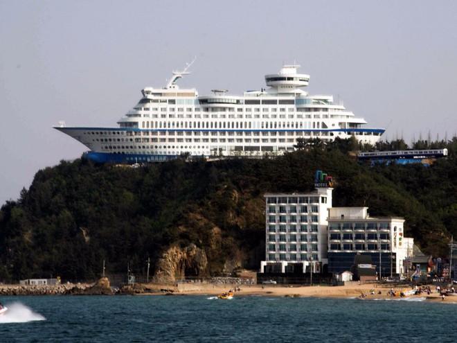 Khu nghỉ dưỡng và thuyền buồm Sun Cruise ở Jeongdongjin, Hàn Quốc trông giống như một con thuyền du ngoạn lớn bị mắc cạn và kẹt tại vách đá. Nó dài 541 feet (164,87 m), cao 148 feet (45,11 m), có 211 phòng, sân bóng chuyền và cả câu lạc bộ thể hình.