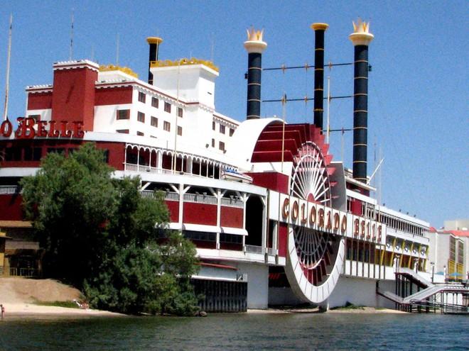 Khu khách sạn và casion Colorado Belle toạ lạc cạnh dòng sông Colorado hùng vĩ ở Laughlin, Nevada. Nó được xây dựng trông giống như bánh guồng tàu thuỷ Mississippi vào thế kỉ 19 .