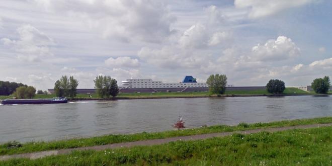 Văn phòng của Softpak, một công ty phát triển phần mềm để điều hành các cảng biển nhìn giống như tàu chở hàng khổng lồ. Nó toạ lạc tại Rotterdam, cảng lớn nhất tại châu Âu.