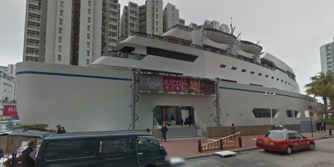 """Chiếc """"tàu du ngoạn"""" trên cạn này toạ lạc ngay trung tâm của khu vực bất động sản lớn nhất Hồng Kông, Whampoa Garden là một trung tâm thương mại có cả nhà hàng và khách sạn bên cạnh các cửa hàng."""